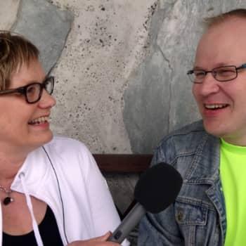 Toimittaja Hilla Blomberg tapaa eri-ikäisiä suomalaisia ja keskustelee heidän kanssaan, miten haastateltavat ovat