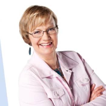 Toimittaja Hilla Blomberg tapaa eri-ikäisiä suomalaisia ja keskustelee heidän kanssaan, miten he ovat selvinneet