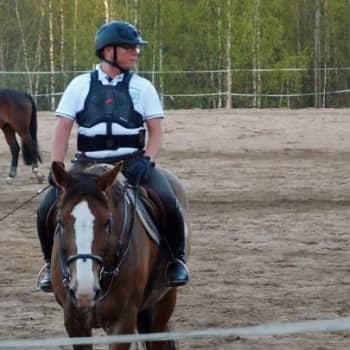 Yövieras: Olli-Pekka Rosberg ratsastaa elääkseen