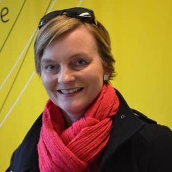 """Taiteilijaelämää: Korumuotoilija Kirsti Doukas:""""Koruissa on paljon eri merkityksiä."""""""