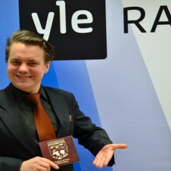 Yövieras: Jaakko Laitinen musisoi Balkanin rytmejä