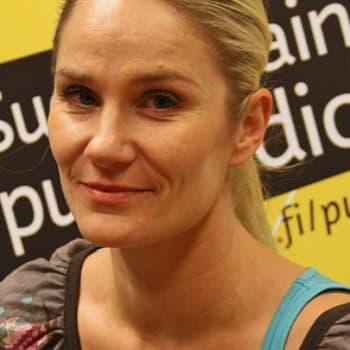 """Taiteilijaelämää: Laura Malmivaara: """"Vietän uinuvaa taiteilijaelämää"""""""