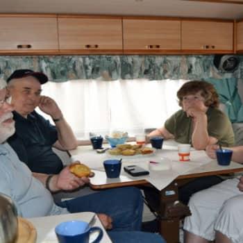 Taustapeili.: Karavaanarit matkalla