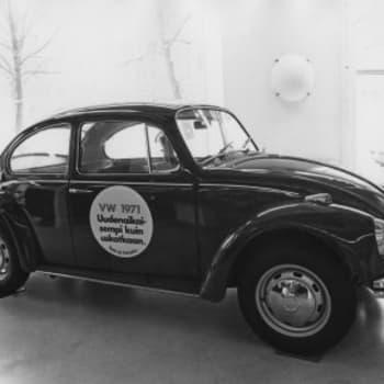 Uudet autot herättivät ihastusta ja ihmetystä 1960 ja -70-luvuilla