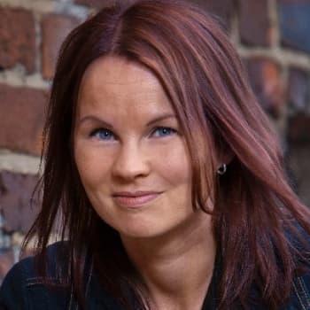 Viikon kirja: Kirjailija Marisha Rasi-Koskinen ja Nadja Nowak keskustelevat romaanista Valheet