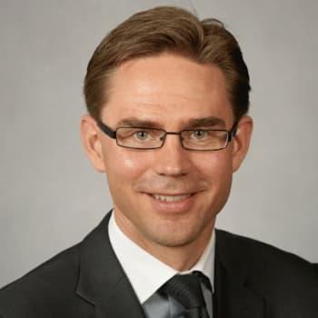 Haastattelijoina lähetyksessä ovat politiikan toimittajat Ki Svahnström Yle Aktuelltista, Raimo Pitkänen MTV3:lta,
