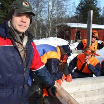 Metsäradio.: Kurussa opetetaan hirsirakentamista