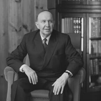 Paavo Talvelan muistelmateosta selailemassa (1976)