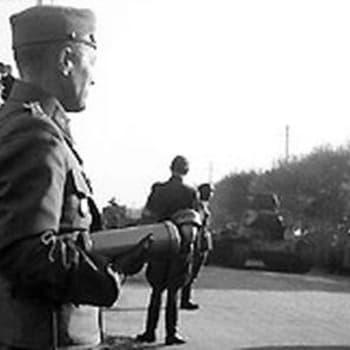 Martti Juokola vierailee Ässärykmentin luona uudella itärajalla (1940)