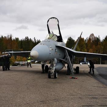 Lentoharjoitukset ovat hyödyksi myös kokeneelle hävittäjälentäjälle – Janne Leppänen kaarsi hornetilla haastatteluun