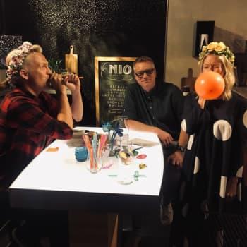 Programledaren och ståuppkomikern Janne Grönroos utmanar Sonja och Mårten med en ljudtävling