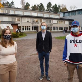 Karis-Billnäs gymnasium övar på att använda munskydd