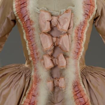 Elokuvien hätkähdyttävää pukuloistoa - Tirellin jättikokoelman rooliasuja Elizabeth Taylorista Monica Bellucciin