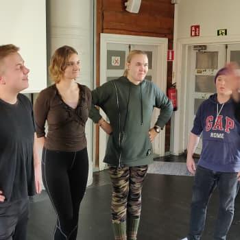 """Juha Hurme vieraili Limingan taidekoulun teatterilinjalla: """"Suomi on teatterikansaa ja se on suuri saavutus"""