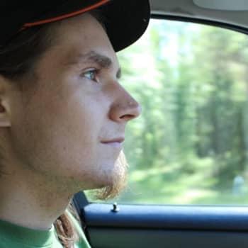 Katalysatorn stals och två däck punkterades på Pontus Söderqvists bil i Borgå - hör hans historia!