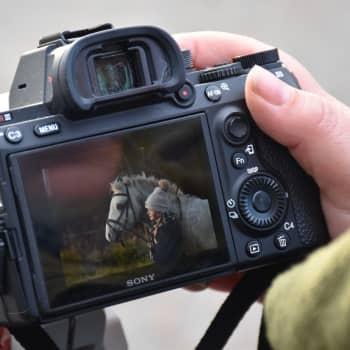 Johanna Sjövallille hevosissa yhdistyvät voima ja herkkyys — Kuvauskeikalla Fotofinlandia -palkitun kuvaajan kanssa
