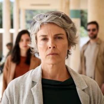 Irina Björklund näyttelee Rauhantekijä-sarjassa elämänsä roolin - laulut soivat Ranskassa radiossa