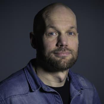 Aleksis Salusjärvi: Nuoret miehet tippuvat fyysisestä yhteiskunnasta, ja heitä kutsutaan netissä simpeiksi