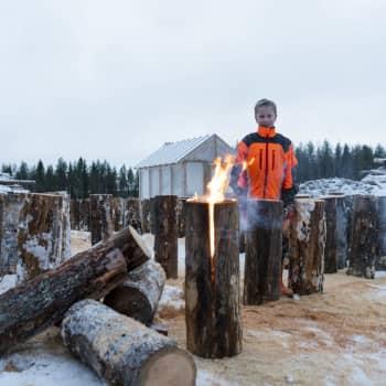 11-vuotias Juho Kemppainen valmistaa jätkänkynttilöitä Hyrynsalmella