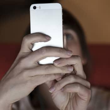 """Älypuhelinmarkkinat murroksessa: """"Eroon kännykän sormella tökkimisestä"""""""