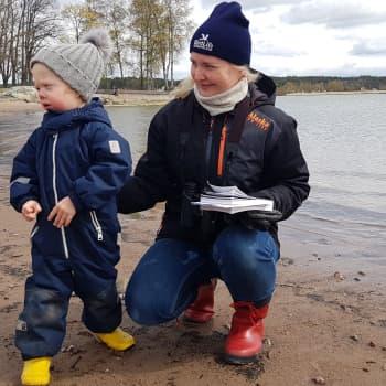 4-vuotias Reko osaa jo matkia lempilintuaan sepelkyyhkyä - perheiden lintuharrastuksen suosio kasvanut koronakeväänä