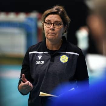 Den utbrända handbollstränaren Birgitta Lindholm är tillbaka - men ser upp för varningssignalerna