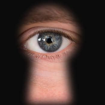 """Digitalt våld mer regel än undantag i våld i nära relationer: """"Han spionerade på mig via smart-tv:n"""""""