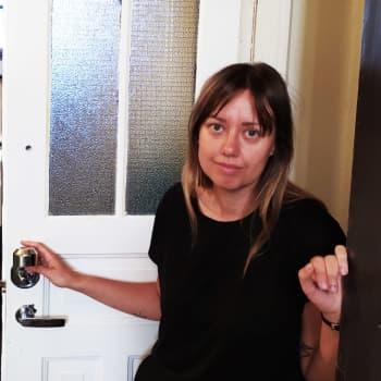 """Inbrottstjuvar lämnade vita rosor i Mias lägenhet: """"Det kändes obehagligt"""""""