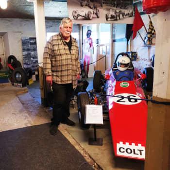 Turista i stan: Esbo bilmuseum bjuder på bilhistoria för barn och vuxna – allt från president Koivistos Cadillac till cyklar