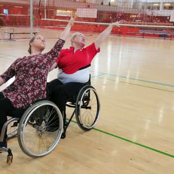"""""""Usein pyörätuolilla liikkuvat itse ajattelevat, etteivät voi tanssia"""" - haastattelussa pyörätuolitanssipari"""