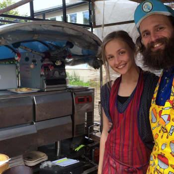 YLE Helsinki: Thaimaalainen tuk-tuk toimii nyt ruokakärrynä Käpylässä