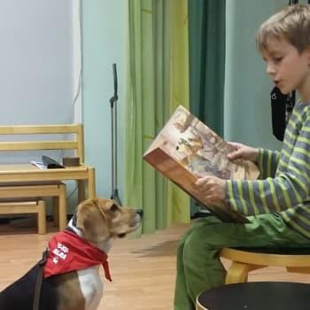YLE Helsinki: Lukukoira kuuntelee Tikkurilassa