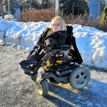 Pyörätuolissa istuvalle Anni Kyröläiselle talvi tarkoittaa kotiarestia