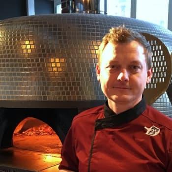 Jere Heinonen paistaa laatupizzoja Napolista hankitun puulämmitteisen pizzauunin avulla