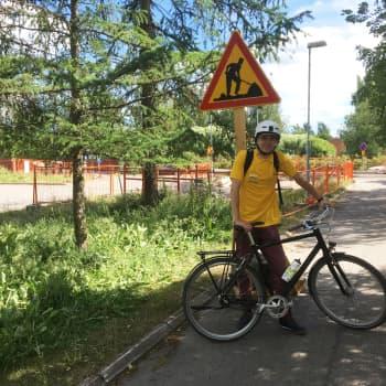 Onko työmaa kunnossa - Aleksi tekee tarkastusajoja pyörällä