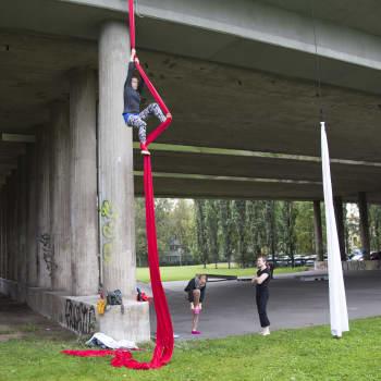 YLE Helsinki: Vallilan kolkko betonisilta tarjoaa ihanteelliset puitteet yllättävälle sirkuslajille