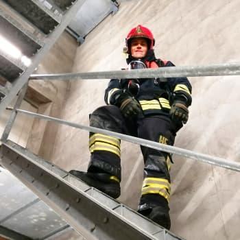 Kalle Saarikannas kiipeää WTC-tornin portaat ylös täydessä palomiesvarustuksessa 9/11:n palomiesten muistotilaisuudessa