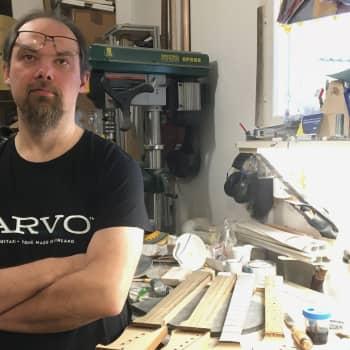 Kitaranrakentaja Teemu Korpi: Kitara on hyvä kun sillä on kiva soittaa, se on kevyt ja kaunis