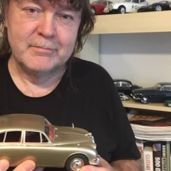 Suuri mies - Pienet autot. Turo's Hevi Gee-basisti hurahti Jaguareihin.