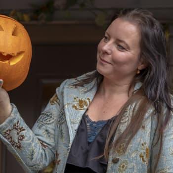 Halloweenkoti pursuaa pääkalloja ja kurpitsoja