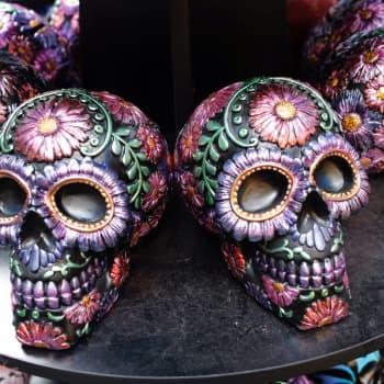 Meksikossa vainajia juhlitaan riehakkaasti monta päivää – kuuntele tarina mystisestä juhlasta
