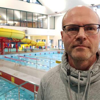 Uimahallin esimies: Ahtaus on päivittäinen ongelma, ikäihmiset hyötyisivät isommista tiloista