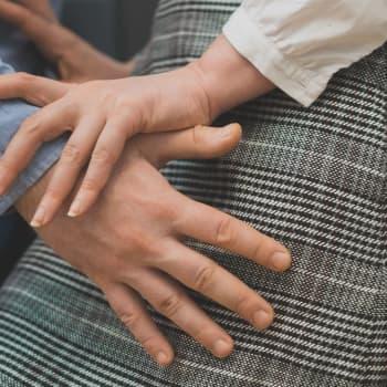 Cirka 45 000 kvinnor uppger årligen att de utsatts för sexuellt våld - under en procent leder vidare till fällande dom i Finland