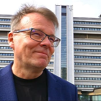 YLE Kymenlaakso: Jännityskirjailija uuden kotikaupunkinsa betonivirastosta: Komeaa ja harmaata vasten kaikki värit näyttävät hyvältä