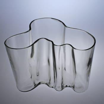 Lasitehtaiden suunnittelukilpailut siivittivät Alvar ja Aino Aallon uraa lasitaiteilijoina