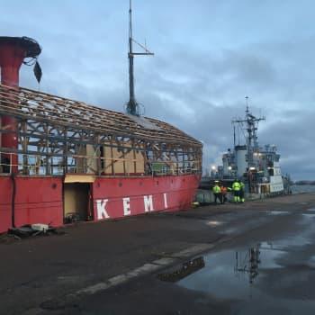 Majakkalaiva Kemi hinattiin Kotkasta telakalle Suomenlinnaan