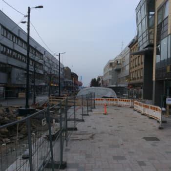 YLE Kymenlaakso: Kouvolan kävelykatu Manskin remontti etenee. Tilanne maaliskuun lopussa 2017