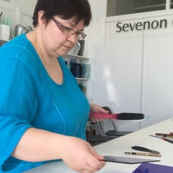 Lasitaiteilija ja yrittäjä Anne Takanen nauttii haasteista