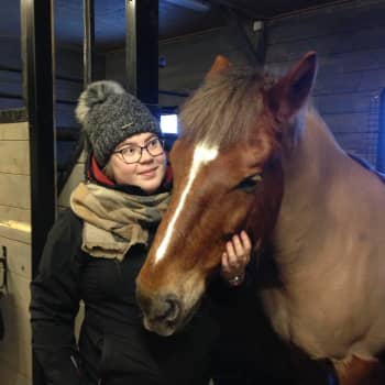 Auto-onnettomuus romutti Janinan elämän - nyt hän kuntoutuu hevosensa Poitsun avulla
