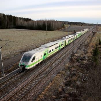Hengenvaarallista leikkiä Korialla - lapset temppuilevat junaradalla